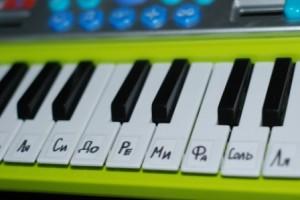 подписываем клавиши на синтезаторе